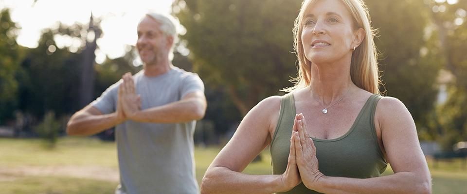 Casal a fazer reeducação postural | Postura | Fisioterapia | Holmes Place