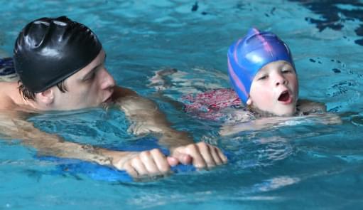 Pai e filho numa aula de natação | Holmes Place