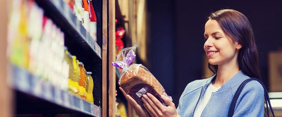 Senhora a analisar rótulo alimentar | Holmes Place