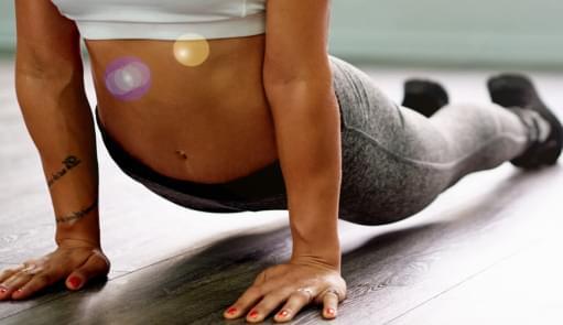 Rapariga a fazer aula de yoga power | Aulas de Grupo | Holmes Place