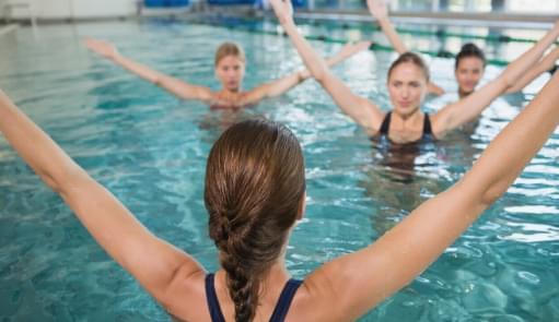 Pessoas a praticarem Aqua Dance | Aulas de Grupo | Holmes Place