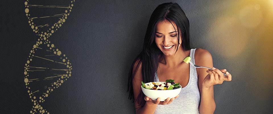 Mulher a comer salada   GeneticNutrition   Saúde   Holmes Place