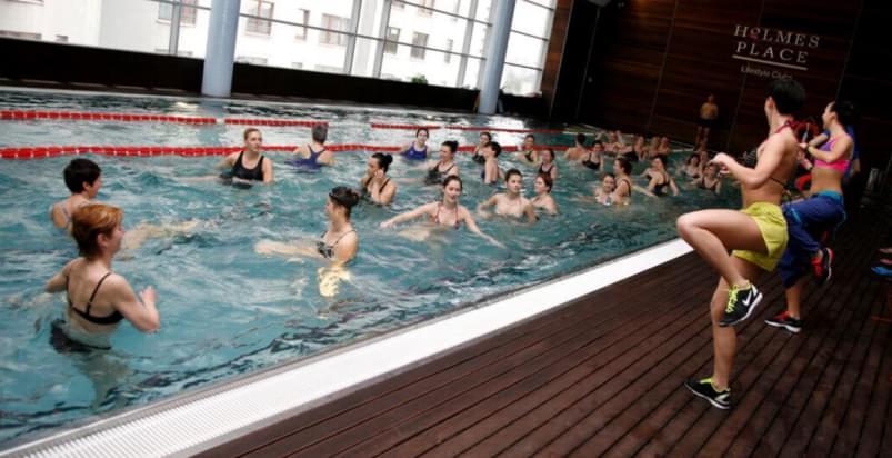grupa kobiet w basenie podczas maratonu aqua fit