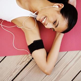 Senhora a ouvir playlist de Pilates   Holmes Place