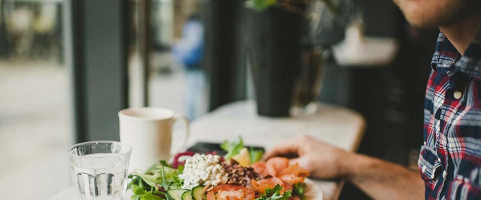 Mulher a comer um prato com gordura saudável | Dieta | Holmes Place