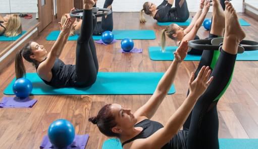 Senhoras a praticarem pilates com pequeno equipamento | Holmes Place