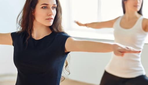 Mulheres a praticarem yoga | Holmes Place