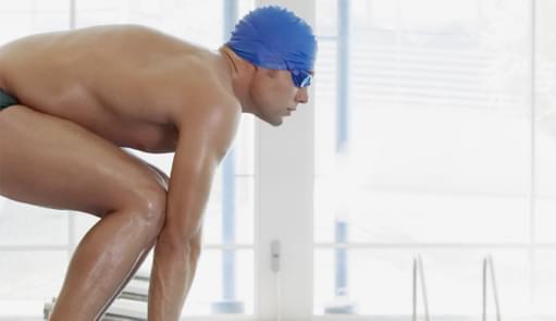 Homem a participar na aula de Swimming Club | Holmes Place