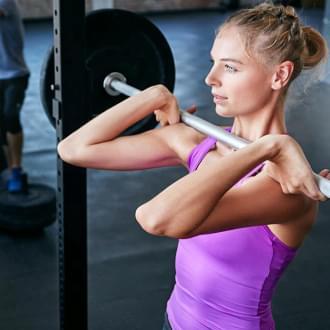 Mulher a fazer musculação | Fitness | Holmes Place