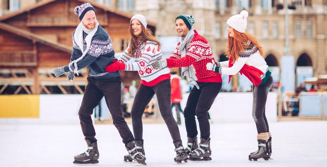 Grupa ludzi jeżdżąca na łyżwach na lodowisku Holmes Place